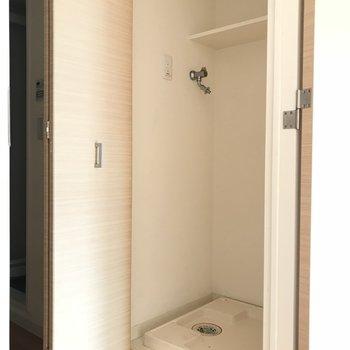 洗濯機置き場は扉で隠せます。※写真は2階の反転間取り別部屋のものです