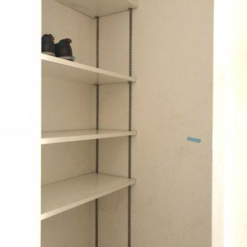 玄関のシューズインクローゼット※写真は2階の反転間取り別部屋のものです
