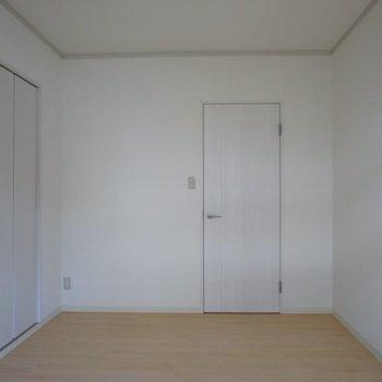 こちらのお部屋はバルコニーに出られます!