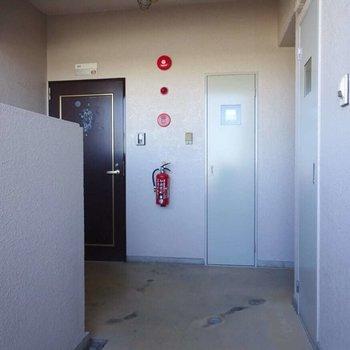 共用部。お部屋は右奥にあります。
