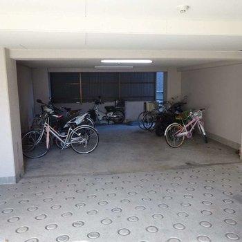 地下に駐輪場がありますが坂がすごい勾配…