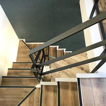 階段も木目で素敵ね♪