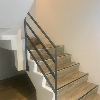 共用部の階段、窓もついてますよ〜