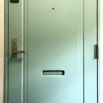 外からはペールグリーンの扉が見えます。ハイテクな電子キー。