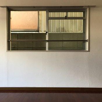 こちらの窓から新しい空気を取り込んで♪