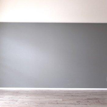 グレーの壁にはブラウンの家具も白の家具も映えそうでしょ◎