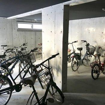 自転車置き場は室内ですよ!