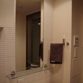 独立洗面台です。鏡が広い〜。※写真は3階の同間取りのモデルルームものです