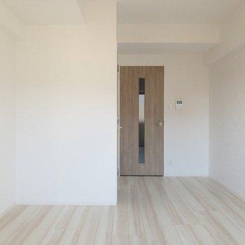 ドアの横には収納棚を置くのもアリですね〜※写真は前回募集時・通電前のものです