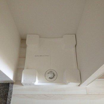 玄関の目の前に洗濯機置場があります。※写真は前回募集時・通電前のものです