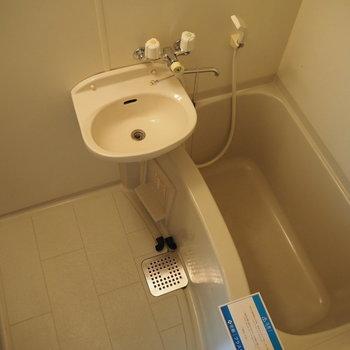 お風呂は2点ユニット(※写真は7階の同間取り別部屋のものです)