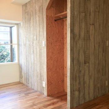 無垢床と、白木の壁がナチュラルヴィンテージな味わい。