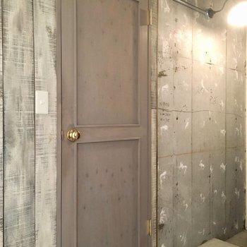 大好きすぎるグレーのドアの先はサニタリー。
