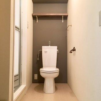 トイレのすぐ隣にお風呂。洗面はありません。