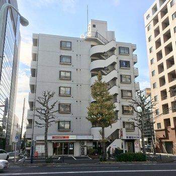 青梅街道沿いに建つ7階建てマンション。