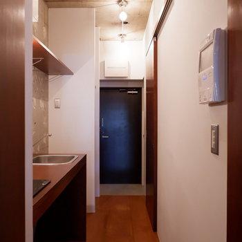 玄関廊下も作り込まれた空気感があります。