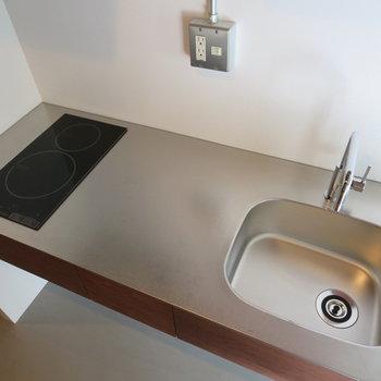 キッチンはスタイリッシュ、IHコンロ・作業スペースで料理もしやすい