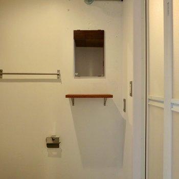 トイレに鏡と小棚があるので、洗面台の代わりとして使えますね