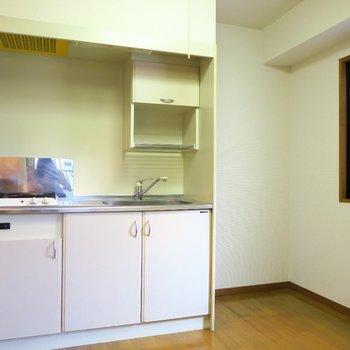 キッチンにも窓ありです◎※写真は4階の同間取り別部屋のものです