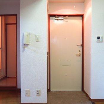 玄関の横にキッチンです。※写真は4階の同間取り別部屋のものです