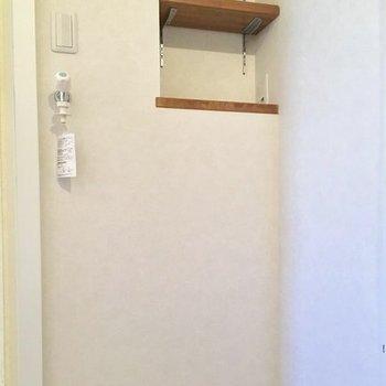 洗濯置き場。上に洗剤など置ける棚あります(※写真は清掃前のものです)