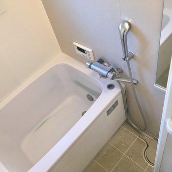 バスルームは少し狭いかなあ、だけどサーモ水栓ですよ!(※写真は清掃前のものです)