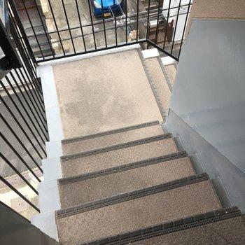 4階までちょっと急な階段、、、