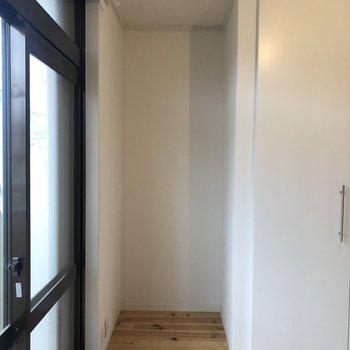 横にも棚が置けるスペース有り※クリーニング前の写真です