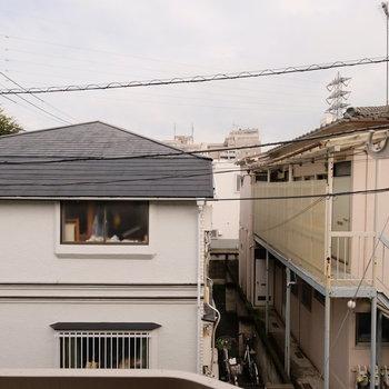 眺望は道を挟んでお向かいが。陽当りは確保◎※写真は205号室