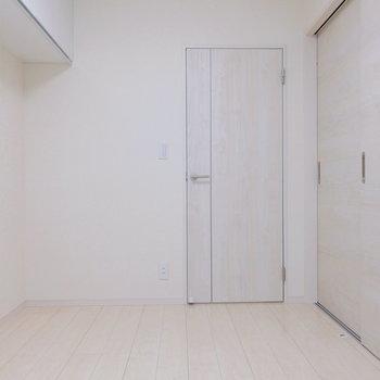 【洋室5帖】収納を兼ねた趣味空間にしても良いですね。