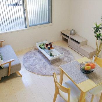 【リビング】全体が明るめなので、濃い色の家具も映えそうです。※家具はサンプルです