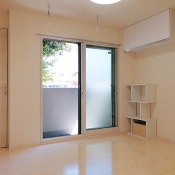 【洋室6帖】ベッドは窓側に。※家具はサンプルです