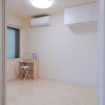 【洋室5帖】お隣とは引き戸で繋がります。※家具はサンプルです