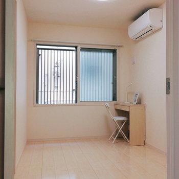 【洋室5帖】ここは作業スペースなどにどうぞ。※家具はサンプルです