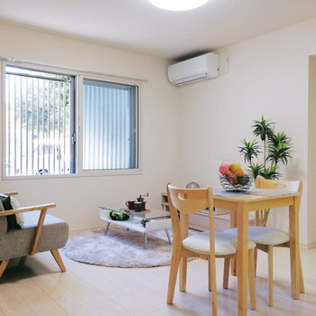 【リビング】会話のしやすい空間ですね。※家具はサンプルです