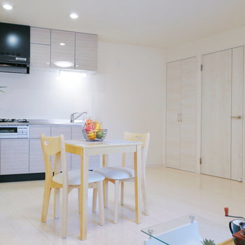 【リビング】キッチンから届く良い匂いが楽しみ。※家具はサンプルです