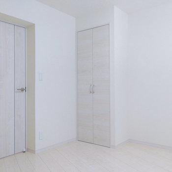 【洋室7.4帖】真っ白。なんでも差し色になって彩りも楽しそう。