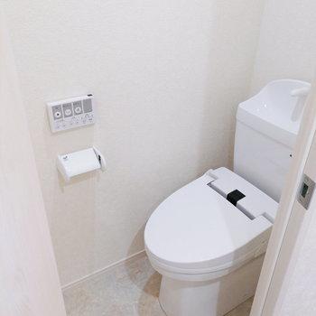 隣にトイレがくっついています。