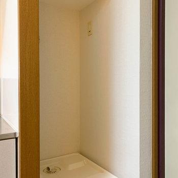 玄関横に洗濯機置き場。隠したい方はカーテンをつけましょう。