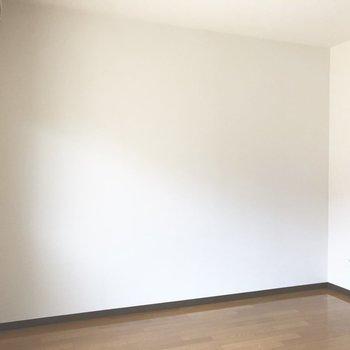 左右の壁は、白壁。家具が置きやすい。