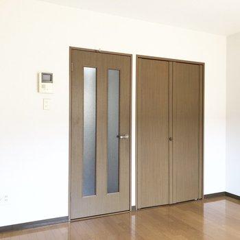 ベランダ側から見ると。ドア横に収納が付いています。
