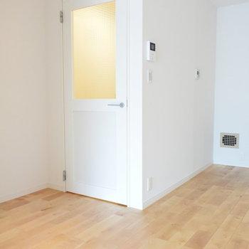 【廊下】玄関への扉がかわいい※写真は工事直後のもの