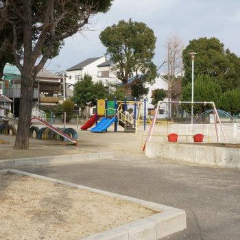 周辺】目の前の公園では子どもたちの遊ぶ声が。のどかなエリアです。
