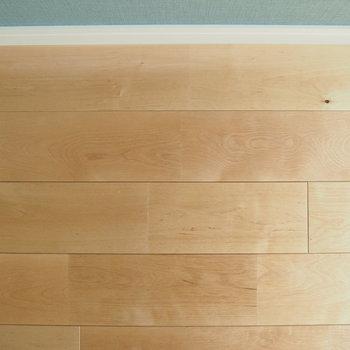 【床】無垢床のナチュラルな雰囲気とブルーのアクセントクロスが良き!※写真は工事直後のもの