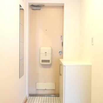 【玄関】白いタイル張りの玄関には靴箱の他に鏡やフックも!