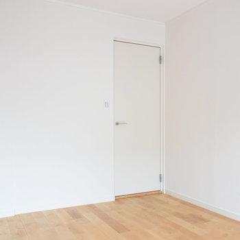 【寝室】白のクロスと無垢床に思わずほっこり!