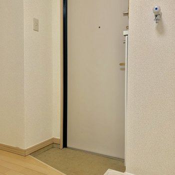コンパクトな玄関の横に洗濯機置場