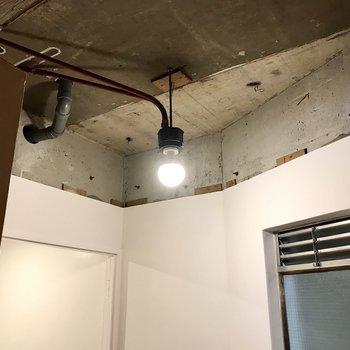 給湯室前の天井も個性溢れています。