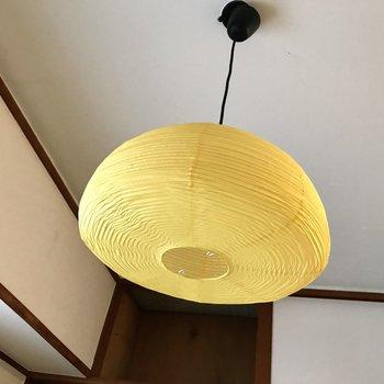 天井には蹴鞠のような、和を感じる照明♩