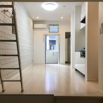 壁や床は白基調なのでお部屋を明るく演出してくれます